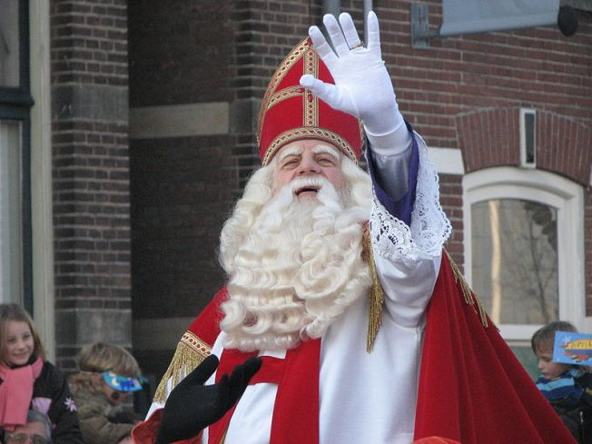 800px-Sinterklaas_arrives_in_the_Netherlands