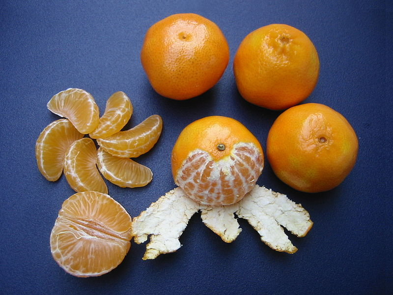 800px-Clementines_whole,_peeled,_half_and_sectioned